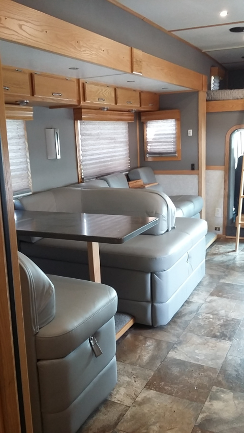 2003 Showhauler Motorhome - Clean and Well Maintained! Just Arrived