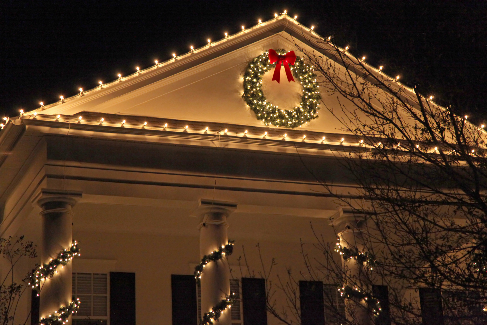 3 Tips For Hanging Holiday Decorations Without Damaging Your Roof