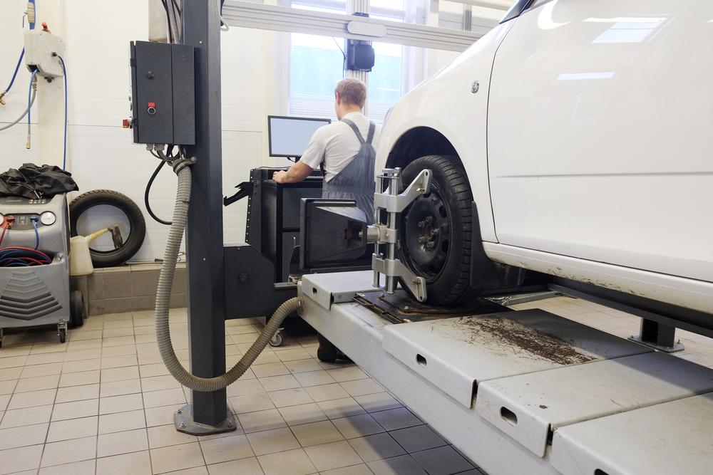 How Do Auto Body Experts Perform Car Frame Straightening? - Luken\'s ...