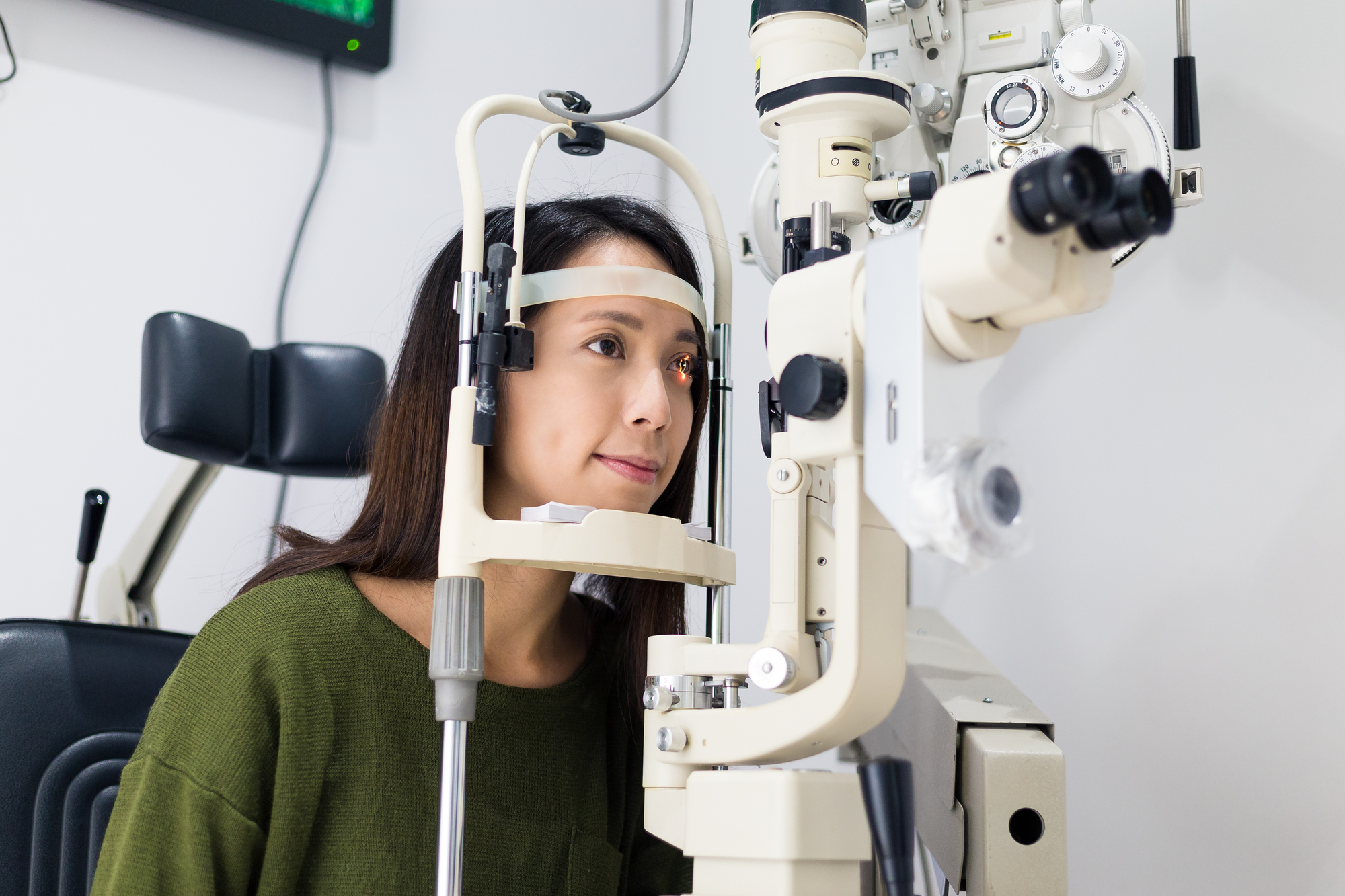 How Do Ophthalmologists Differ From Optometrists & Opticians