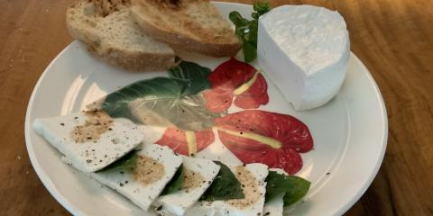 Differences Between Goat Cheese & Feta, ,